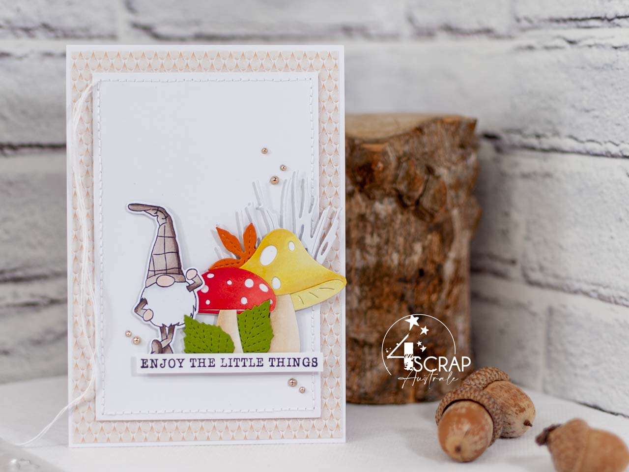 Création d'une carte d'automne avec un adorable petit lutin des bois et de jolis champignons mis en couleurs aux feutres aquarelle.