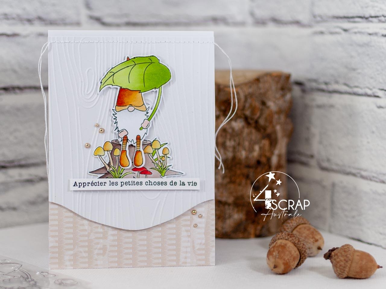 Création d'une carte d'automne avec un adorable petit lutin des bois assis sur un tronc d'arbre avec une feuille pour se protéger de la pluie.