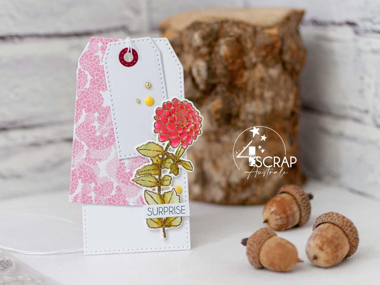 Création d'un ensemble d'anniversaire composé d'une carte et d'étiquettes cadeaux avec des Dahlias et feuillages à l'aquarelle.
