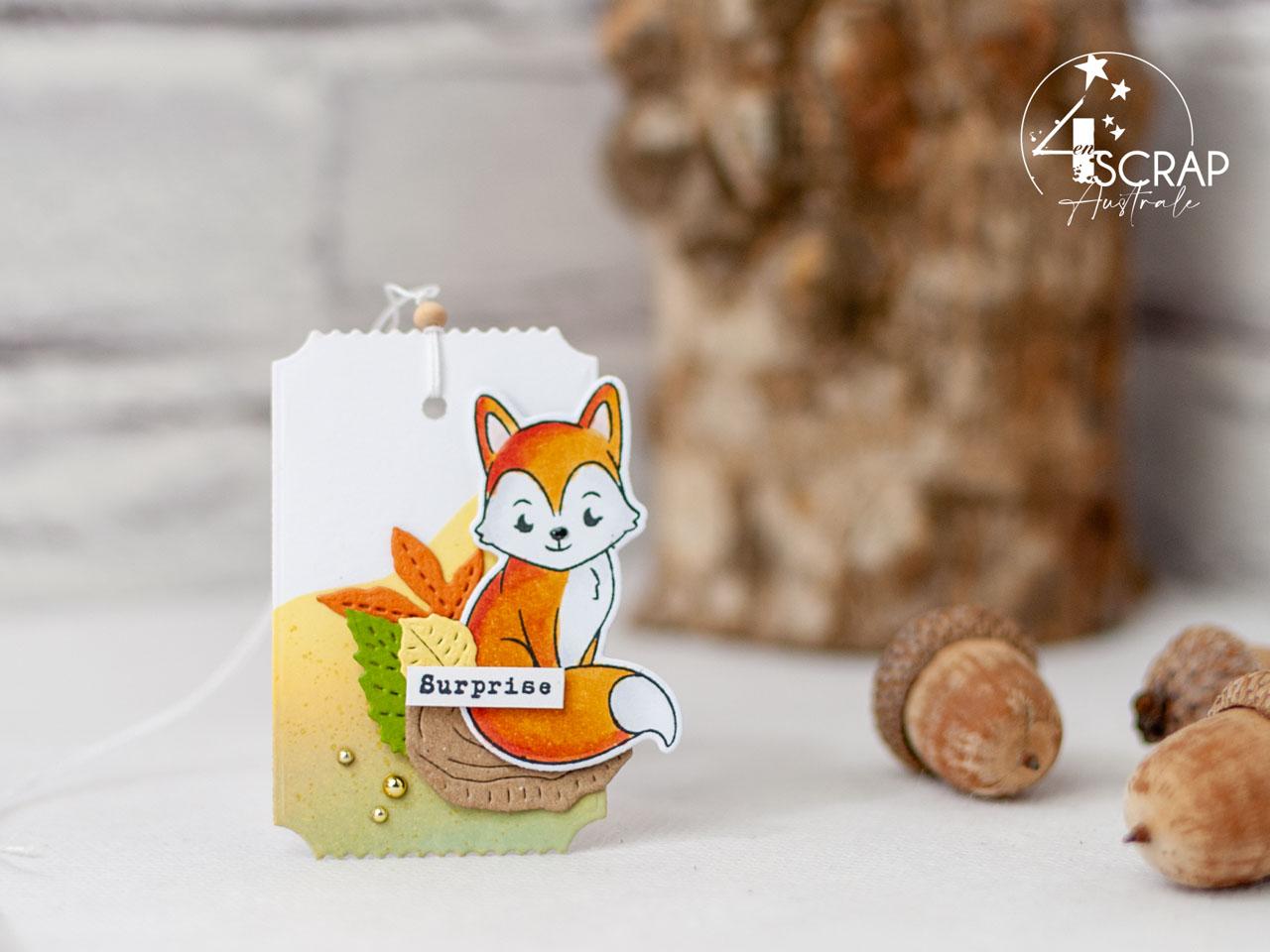 Création d'un ensemble d'anniversaire composé d'une carte et d'étiquettes cadeaux avec d'adorables petits renards sur fonds réalisés au pochoir et encres distress.