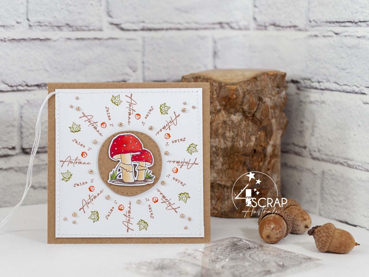 Création d'une carte d'automne avec couronne de mots, de feuilles et de potiron avec au centre un joli champignon rouge et kraft.