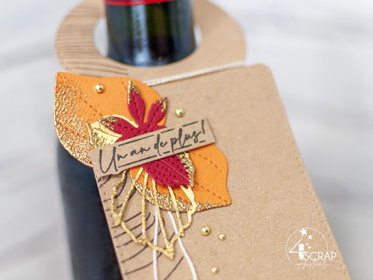 Création d'une étiquette pour offrir une bonne bouteille de vin. Sur le thème de l'automne avec fond bois embossé, feuillages et étiquette.