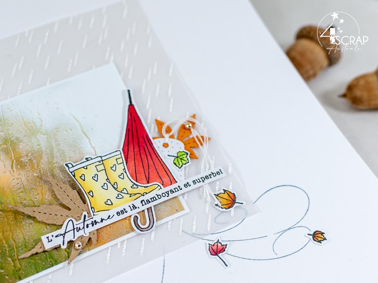 Création d'une page A4 automnale avec une photo de feuilles d'automne, fond embossé de goutes de pluie, bottes en caoutchouc, parapluie et feuilles d'automne.